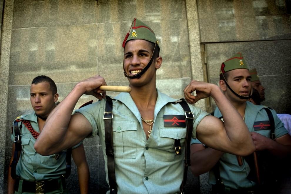 44. HISZPANIA, Malaga, 1 kwietnia 2010: Żołnierze Hiszpańskiej Legii Cudzoziemskiej przygotowują się do procesji. (Foto: Miguel Villagran/Getty Images)