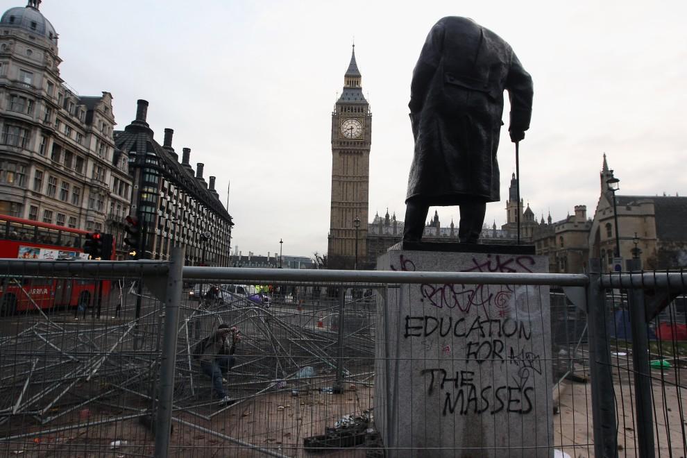 """44. WIELKA BRYTANIA, Londyn, 10 grudnia 2010: Cokół pomnika Winstona Churchilla z wypisanym hasłem: """"Wykształcenie dla mas"""". (Foto: Dan Kitwood/Getty Images)"""