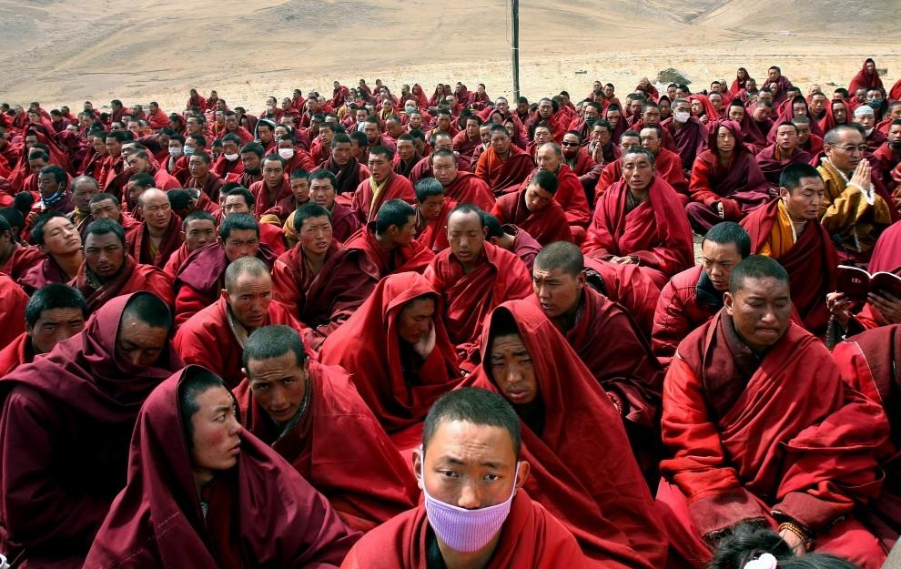 45. CHINY, Jiegu, 20 kwietnia 2010: Tybetańscy mnisi zebrani przed wejściem do zniszczonego klasztoru. AFP PHOTO