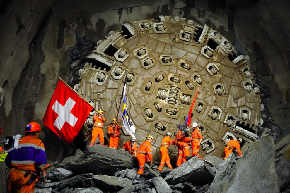 45. SZWAJCARIA, Sedrun, 15 października 2010: Górnicy cieszą się z zakończenia odwiertu pod najdłuższy tunel w Szwajcarskich Alpach. AFP PHOTO / FABRICE COFFRINI