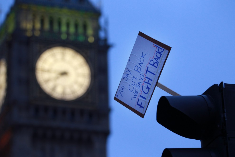 """45. WIELKA BRYTANIA, Londyn, 10 grudnia 2010: Pozostawiona przez protestujących studentów tabliczka z napisem: """"Wy mówicie """"cięcia"""". My mówimy odwet"""". (Foto: Peter Macdiarmid/Getty Images)"""