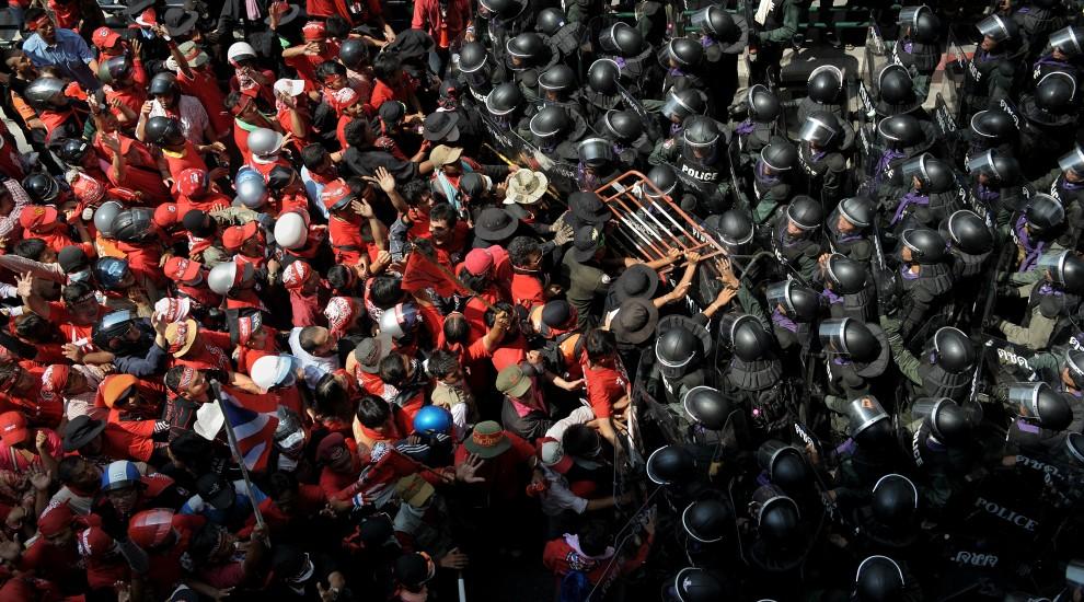 46. TAJLANDIA, Bangkok, 10 kwietnia 2010: Zwolennicy byłego premiera napierają na kordon policji. AFP PHOTO / Nicolas ASFOURI