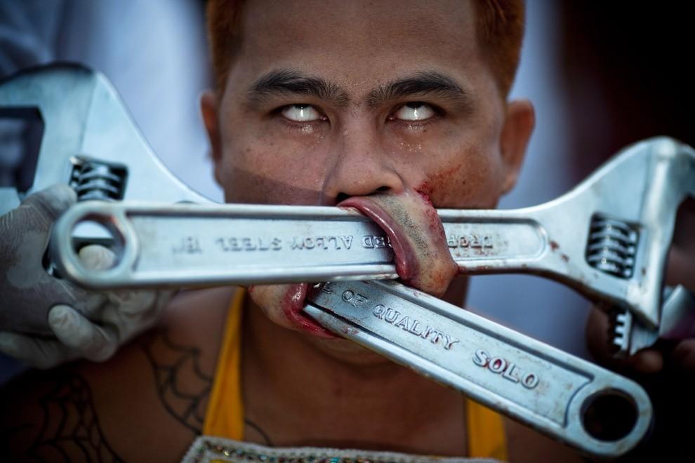 46. TAJLANDIA, Phuket, 11 października 2010: Pielgrzym ze świątyni Samkong z kluczami włożonymi w przekłute policzki. (Foto: Athit Perawongmetha/Getty Images)