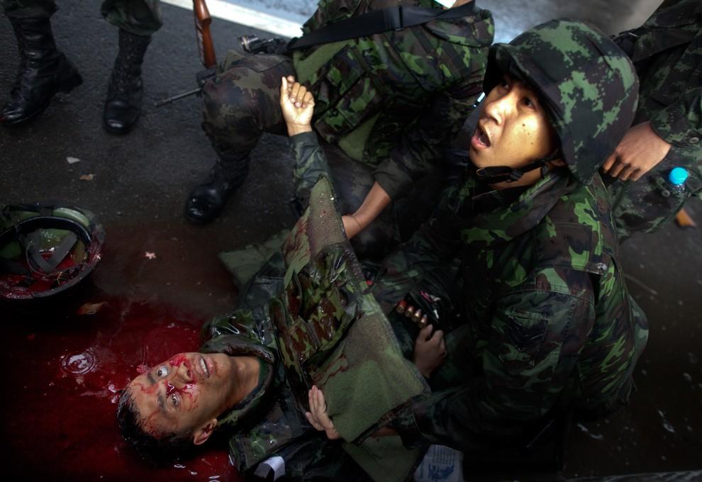 47. TAJLANDIA, Bangkok, 28 kwietnia 2010: Żołnierz zabity w wyniku przypadkowego ostrzału własnych sił podczas starć z opozycją. (Foto: Paula Bronstein/Getty Images)