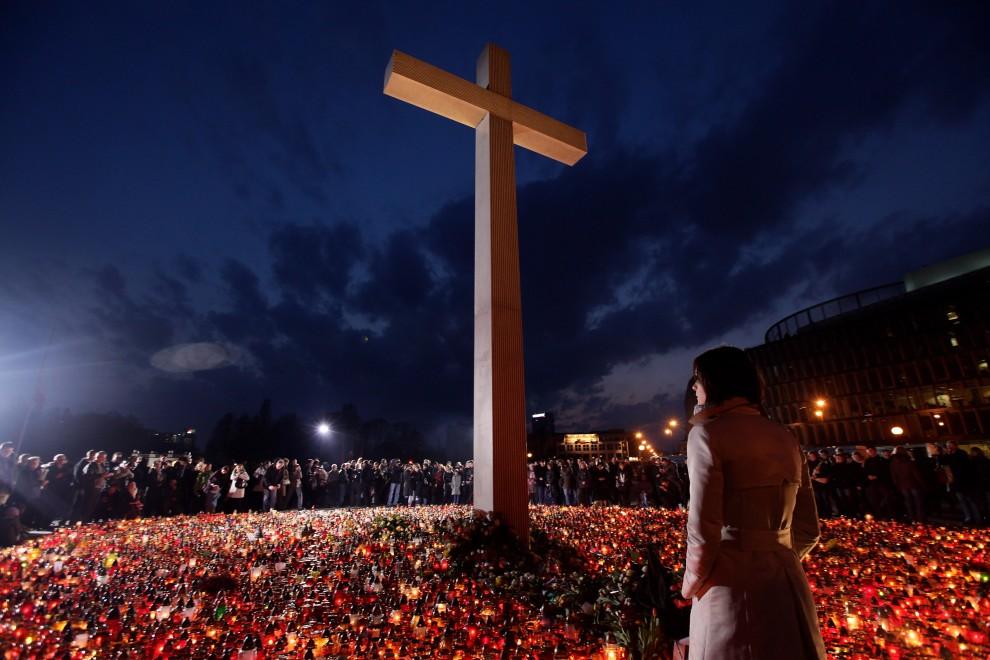 48. POLSKA, Warszawa, 11 kwietnia 2010: Ludzie zebrani pod krzyżem na Pl. Piłsudskiego po katastrofie samolotu prezdyenckiego pod Smoleńskiem. (Foto: Sean Gallup/Getty Images