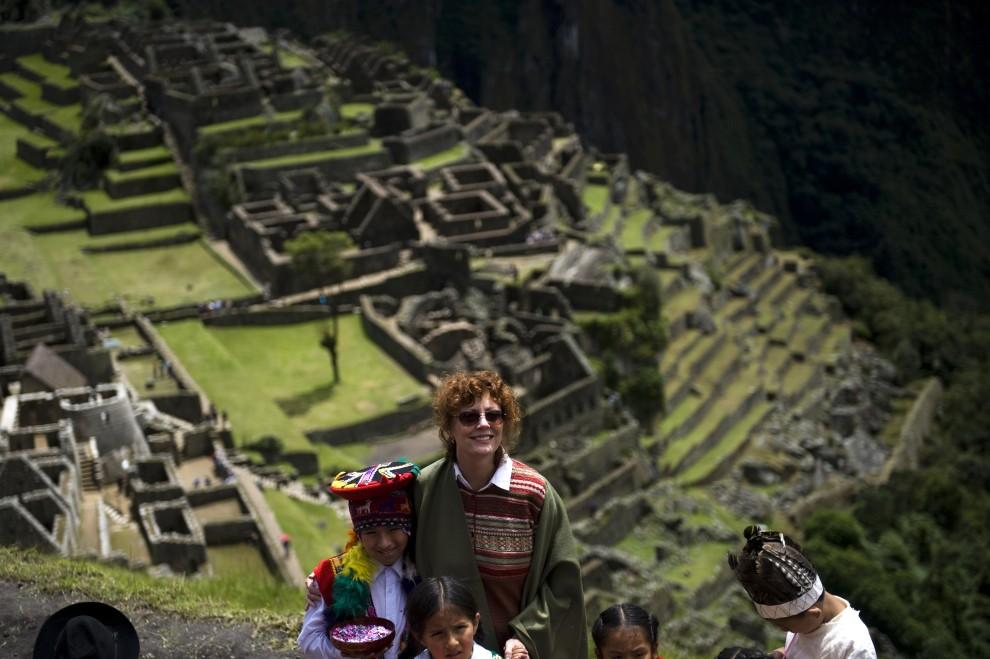 49. PERU, Cuzco, 1 kwietnia 2010: Aktorka Susan Sarandon pozuje do zdjęcia w towarzystwie dzieci. AFP PHOTO/ Ernesto BENAVIDES