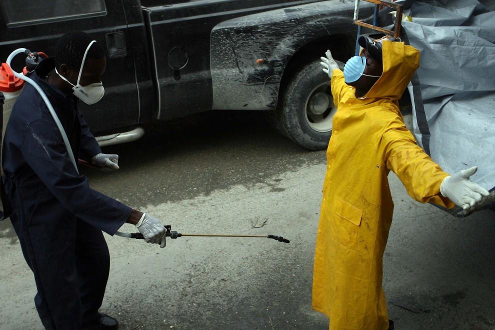 49. HAITI, Port-au-Prince, 22 listopada 2010: Dezynfekcja personelu medycznego pracującego przy chorych na cholerę. AFP PHOTO/Hector Retamal