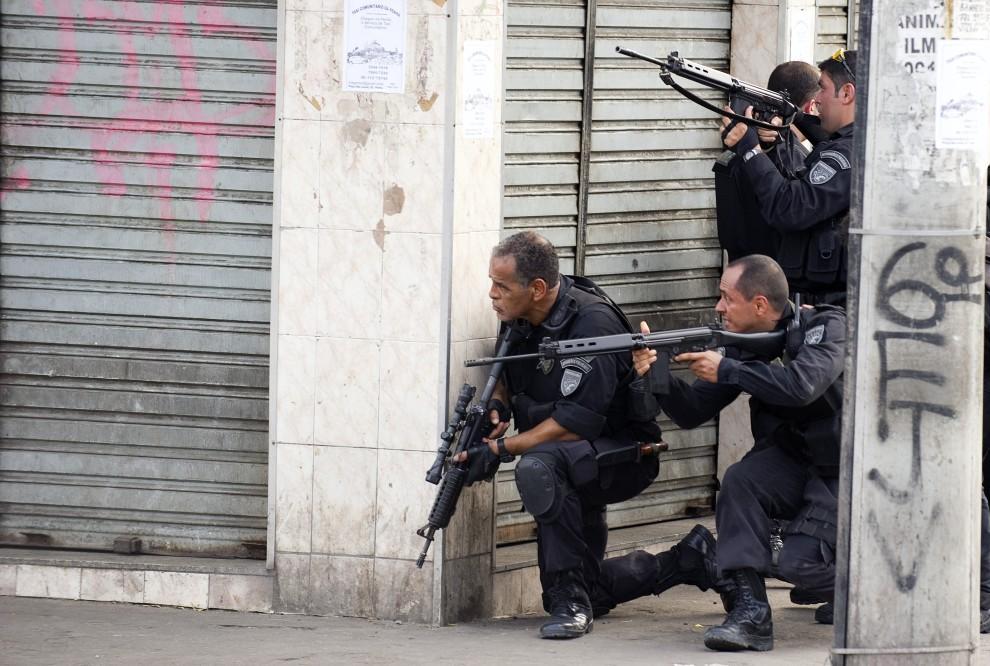 4. BRAZYLIA, Rio de Janeiro, 25 listopada 2010: Polcijanci przygotwują się do wejścia do faweli Vila Cruzeiro. AFP PHOTO / ANTONIO SCORZA