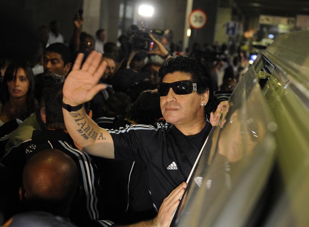 4. RPA, Johannesburg, 18 stycznia 2010: Diego Maradona przybywa do Johannesburga aby przeglądać stadiony Mistorzstw Świata. AFP PHOTO / STEPHANE DE SAKUTI
