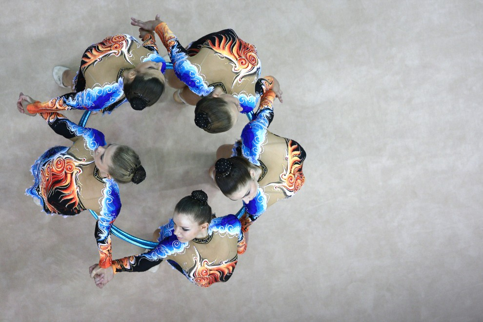 4. ROSJA, Moskwa, 26 września 2010: Reprezentantki Białorusi w gimnastyce artystycznej tańczą z obręczami. AFP PHOTO / KIVRIN-GOLOVANOV