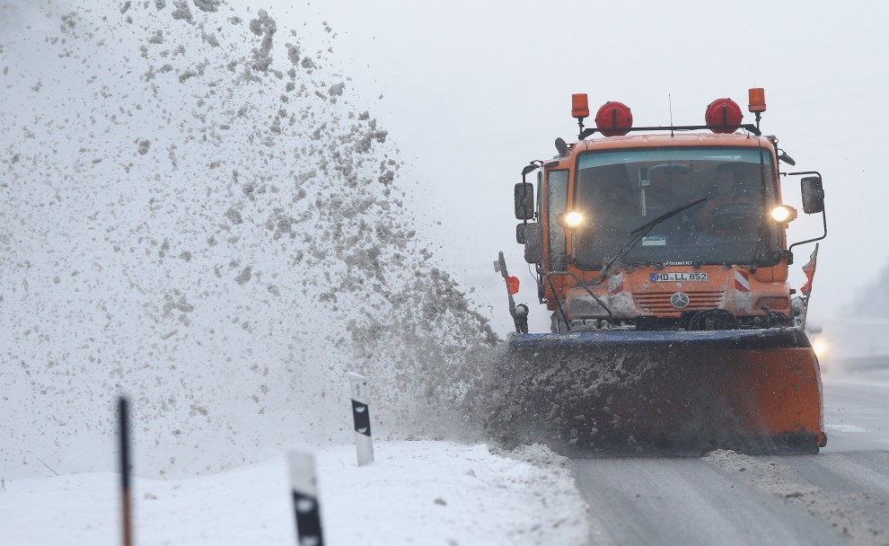 4. NIEMCY, Magdeburg, 20 grudnia 2010: Pług zgarnia śnieg z autostrady A2 w pobliżu Magdeburgu. (Foto: Sean Gallup/Getty Images)