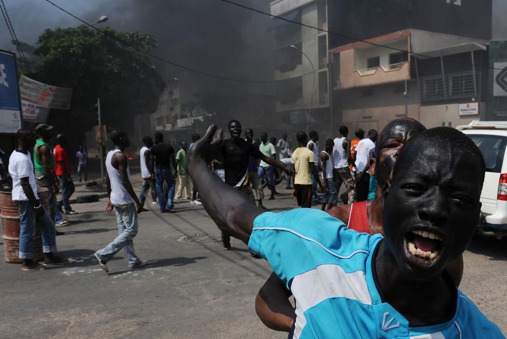 51. WYBRZEŻE KOŚCI SŁONIOWEJ, Abidjan, 4 listopada 2010: Zwolennicy kandydata na urząd prezydenta podczas protest w Abidjan. AFP PHOTO / ISSOUF SANOGO
