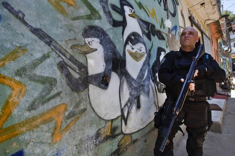 52. BRAZYLIA, Rio de Janeiro, 28 listopada 2010: Funkcjonariusz podczas nalotu na fawelę Morro do Alemao. AFP PHOTO / JEFFERSON BERNARDES