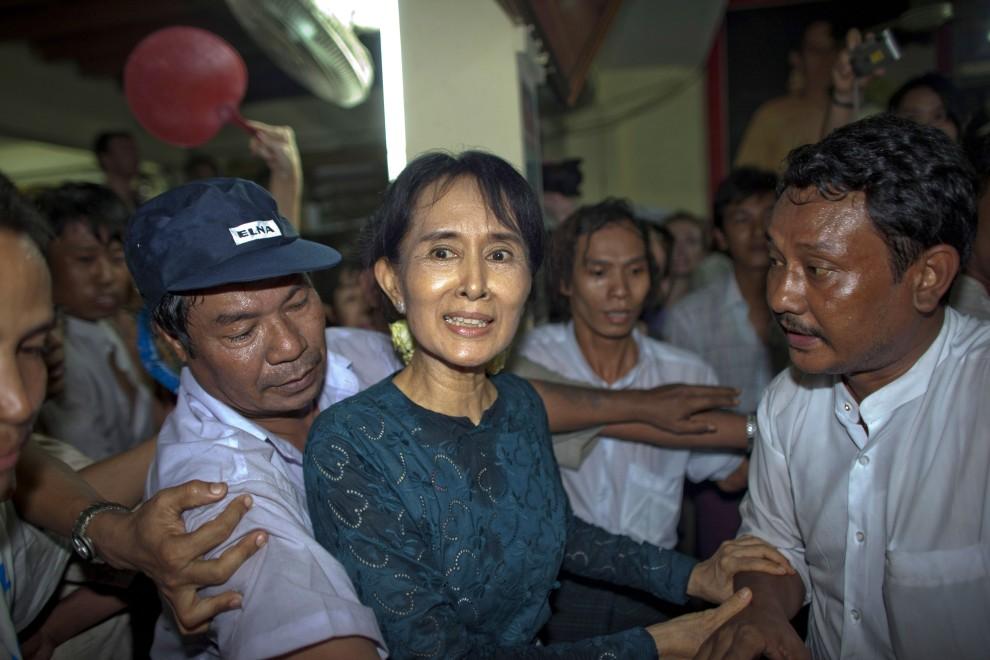 54. BIRMA, Yangon, 14 listopada 2010: Noblisktka Aung San Suu Kyi zwolniona z aresztu domowego, w którym spędziła 15 lat. (Foto: CKN/Getty Images)