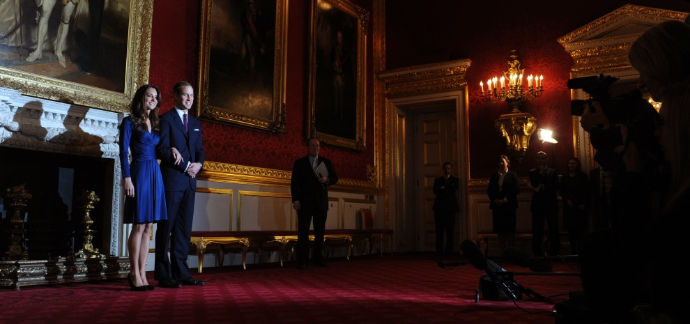 56. WIELKA BRYTANIA, Londyn, 16 listopada 2010: Książę William podczas konferencji prasowej ze swoją nażeczoną Kate Middleton. AFP PHOTO / BEN STANSALL