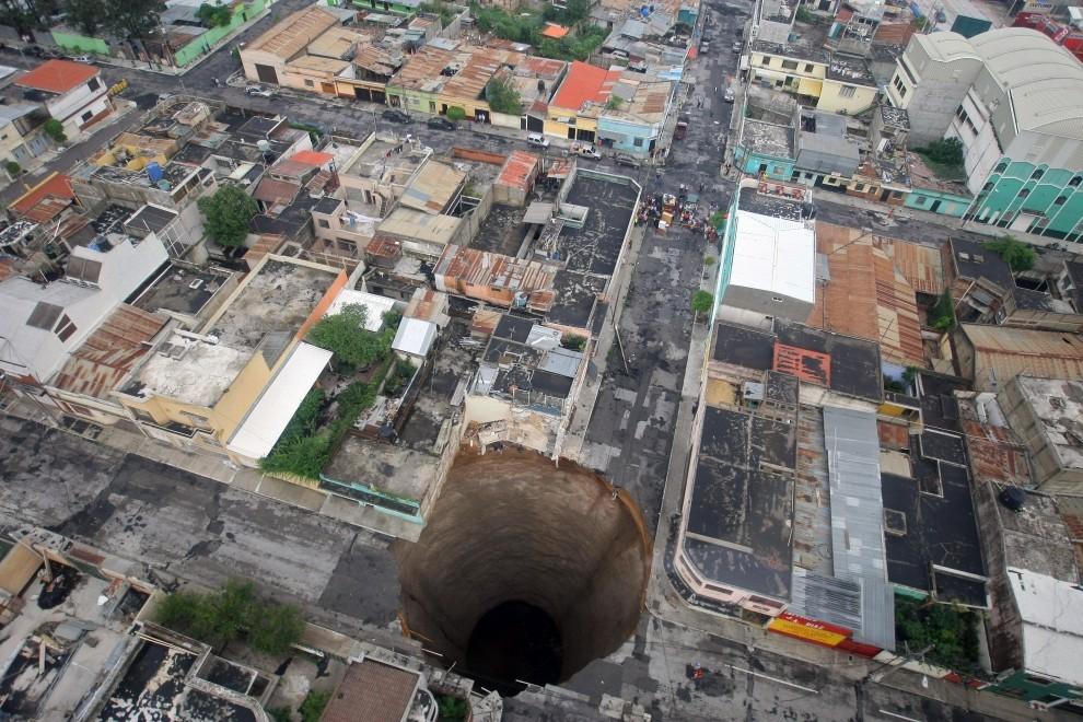 58. GWATEMALA, Escuintla, 31 maja 2010: Jeden krater, który powstał w wyniku osunięcia się ziemi w Gwatemali. AFP PHOTO / PRESIDENCIA