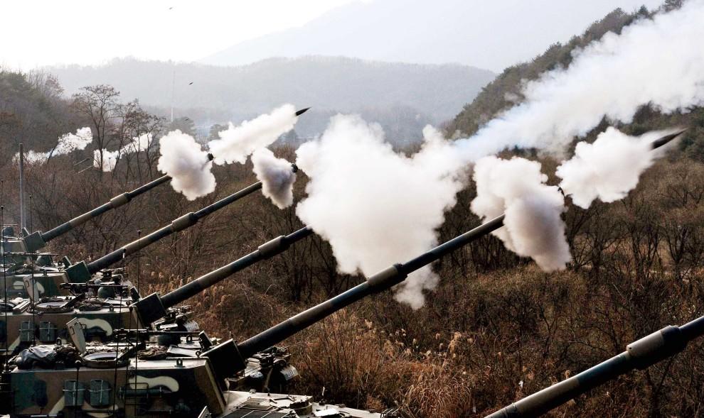 59. KOREA POŁUDNIOWA, Pocheon, 23 listopada 2010: Ostrzał prowadzony podczas manewrów w pobliżu spornego terytorium. AFP PHOTO / DONG-A ILBO