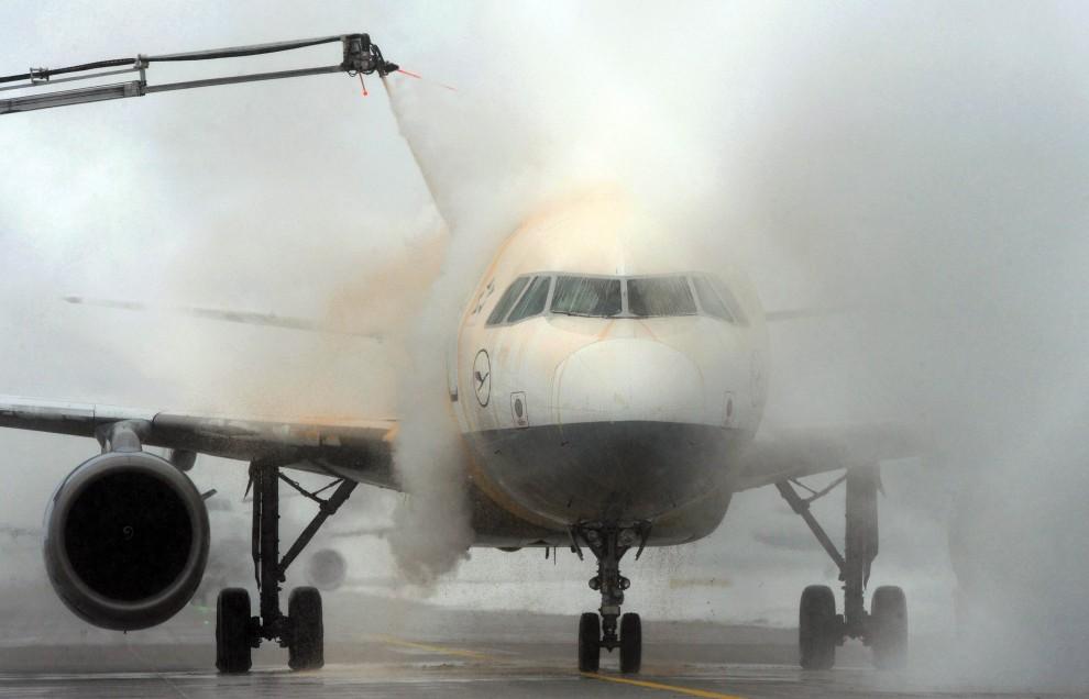 5. NIEMCY, Olching, 29 listopada 2010: Odladzanie samolotu na lotnisku pod Monachium. AFP PHOTO / CHRISTOF STACHE