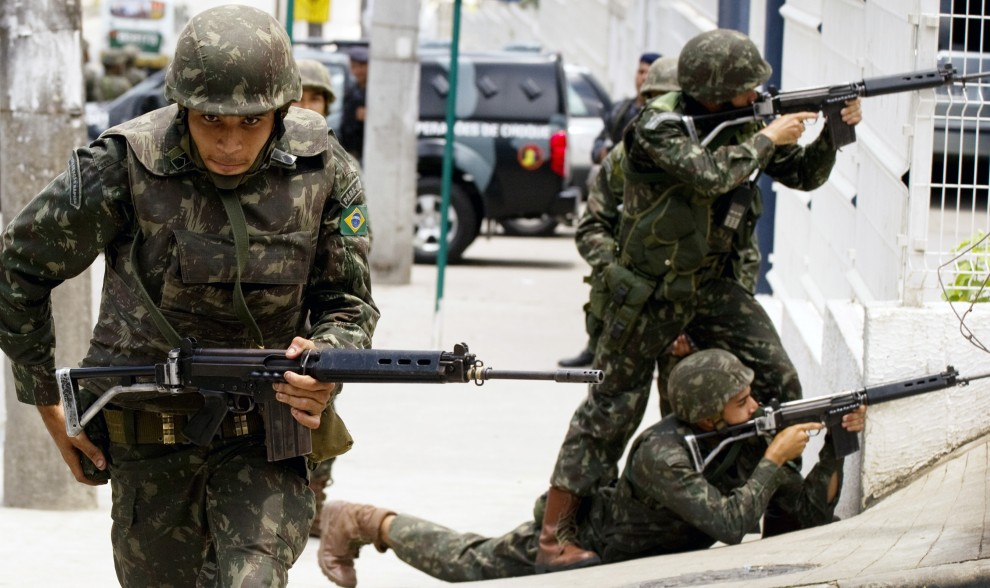 5. BRAZYLIA, Rio de Janeiro, 27 listopada 2010: Żołnierze uczestniczący w nalocie na fawelę  Morro de Alemao. AFP PHOTO/Antonio Scorza