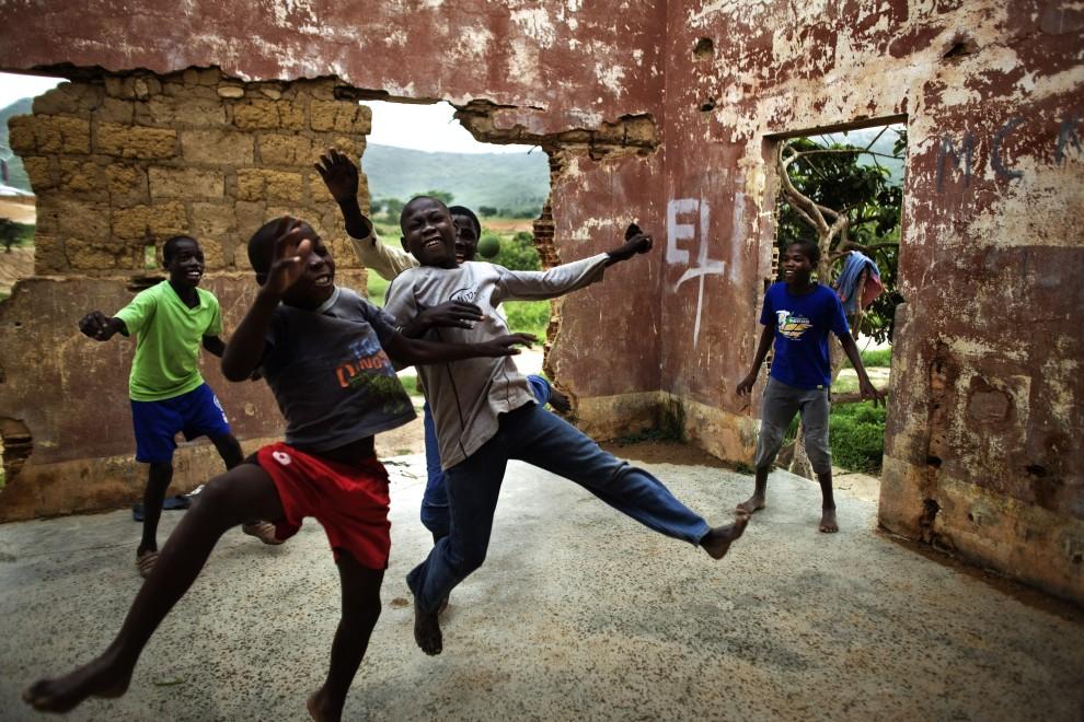 5. ANGOLA, Lubango, 14 stycznia 2010: Dzieci grają w piłkę wewnątrz opuszczonego domu. AFP PHOTO/GIANLUIGI GUERCIA