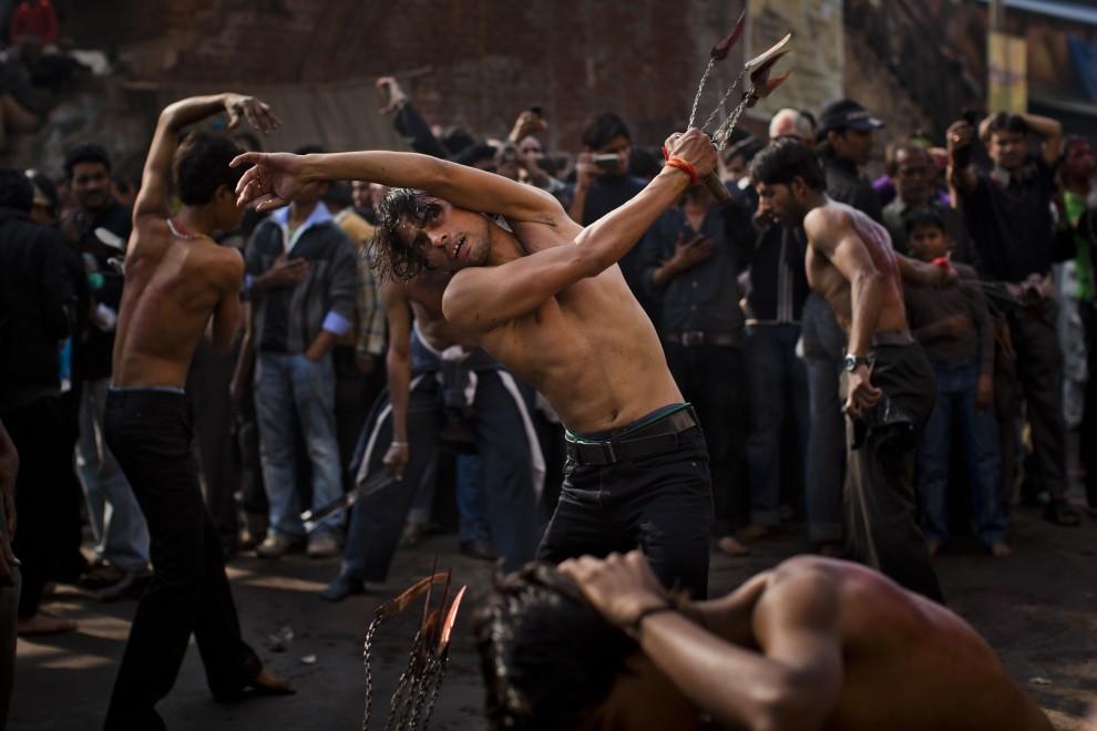 5. INDIE, New Delhi, 17 grudnia 2010: Biczownicy biorący udział w uroczystej procesji z okazji święta. (Foto: Daniel Berehulak/Getty Images)