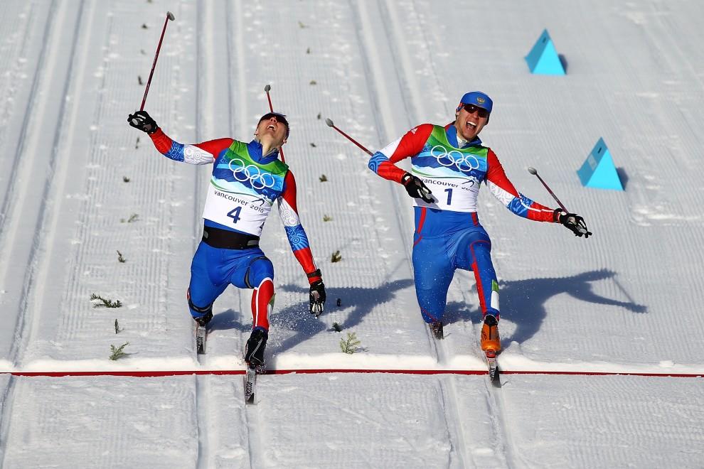 5. KANADA, Whistler , 17 lutego 2010: Rosjanie Nikita Kriukov (zdobywca złota – po lewej) walczy z Alexandrem Panzhinskim (srebrny medal) w finale sprintu. (Foto: Lars Baron/Bongarts/Getty Images)