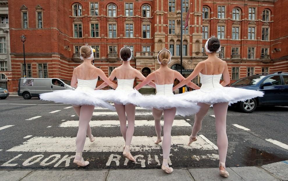 62.  WIELKA BRYTANIA, Londyn, 8 czerwca 2010: Baleriny z English National Ballet podczas sesji fotograficznej przed  Royal Albert Hall. AFP PHOTO/Leon Neal