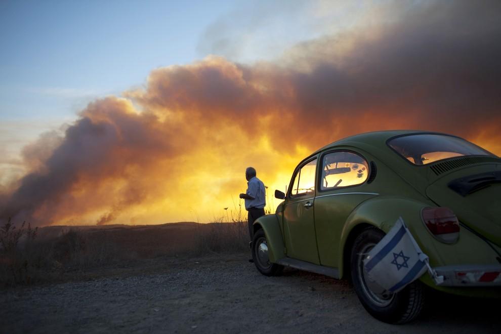 62. IZRAEL, Hajfa, 2 grudnia 2010: Mężczyzna przygląda się płonącym wzgórzom w pobliżu Hajfy. (Foto: Uriel Sinai/Getty Images)