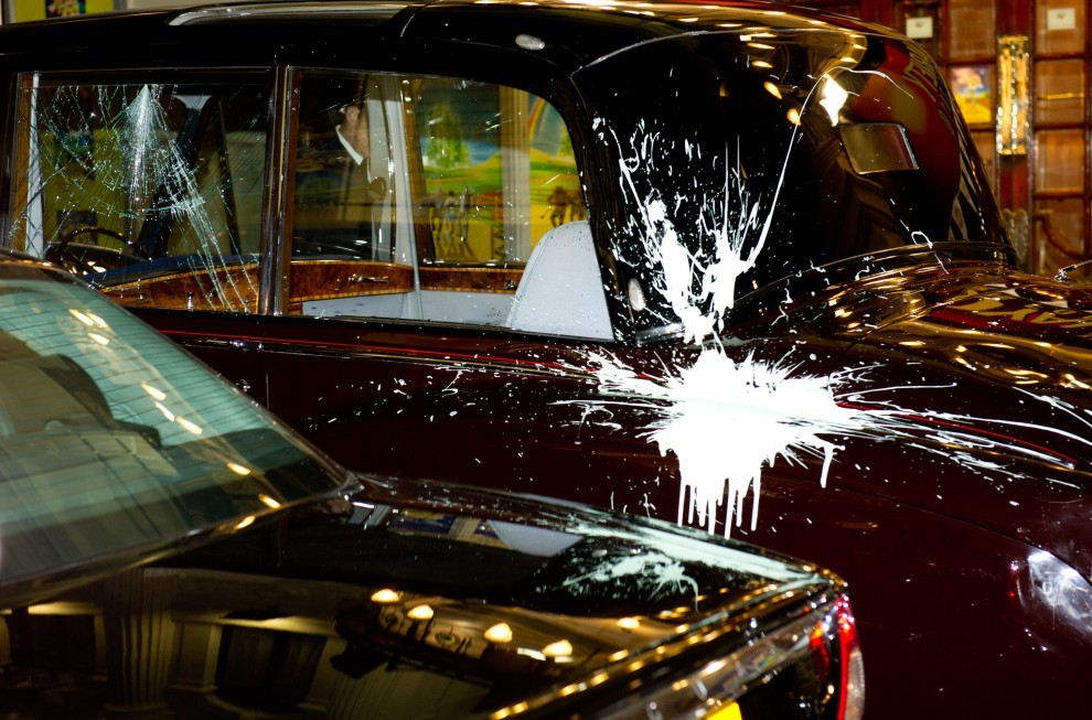 66. WIELKA BRYTANIA, Londyn, 9 grudnia 2010: Uszkodzony przez protestujących samochód, w którym jechali książę Karol i Camilla Parker Bowles. (Foto: Ian Gavan/Getty Images)