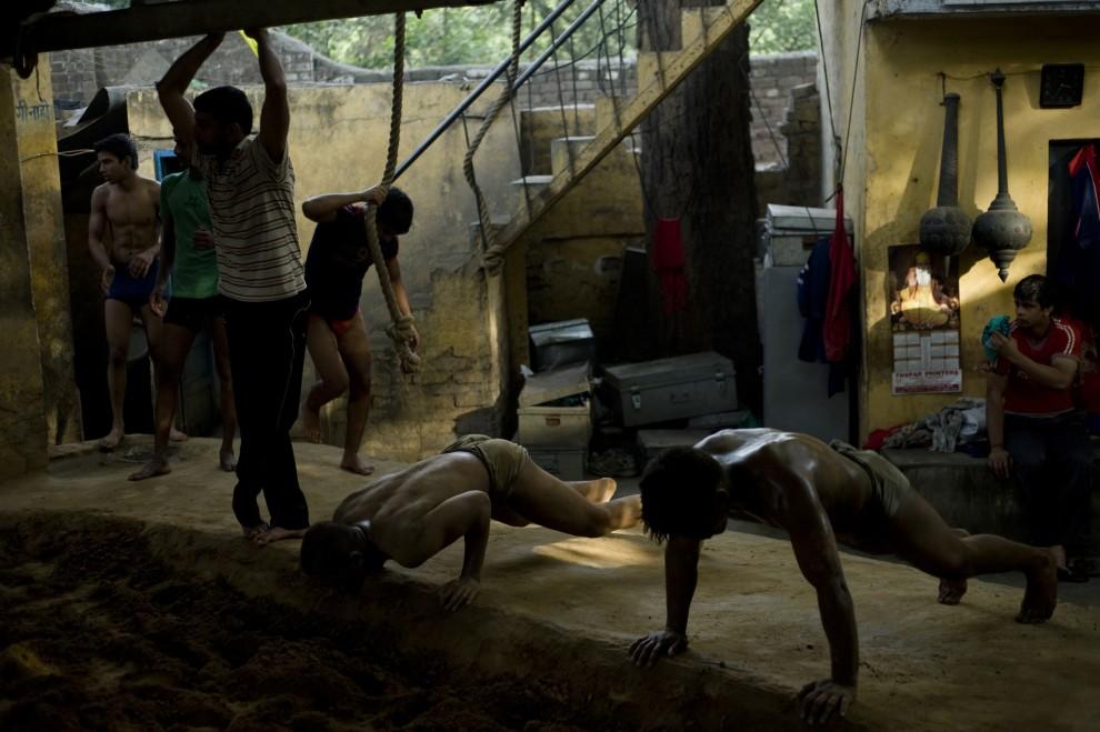 6. INDIE, New Delhi, 8 kwietnia 2010: Trening zapaśników w szkole w New Delhi. AFP PHOTO/Manpreet ROMANA
