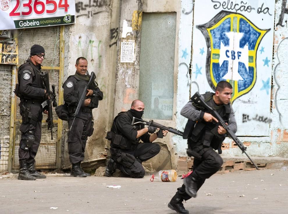 6. BRAZYLIA, Rio de Janeiro, 25 listopada 2010: Policjanci na ulicy prowadzącej do faweli Vila Cruzeiro. AFP PHOTO / ANTONIO SCORZA