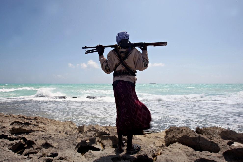 6. SOMALIA, Hobyo, 7 stycznia 2010: Somalijski pirat obserwuje stojący na kotwicy Grecki statek MV Filitsa. AFP PHOTO/ MOHAMED DAHIR