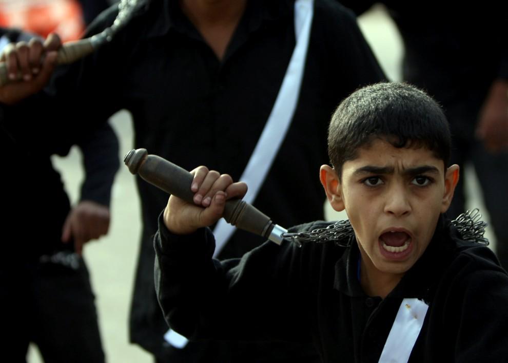 6. IRAK, Bagdad, 16 grudnia 2010: Chłopiec uczestniczący w procesji biczowników. AFP PHOTO/AHMAD AL-RUBAYE