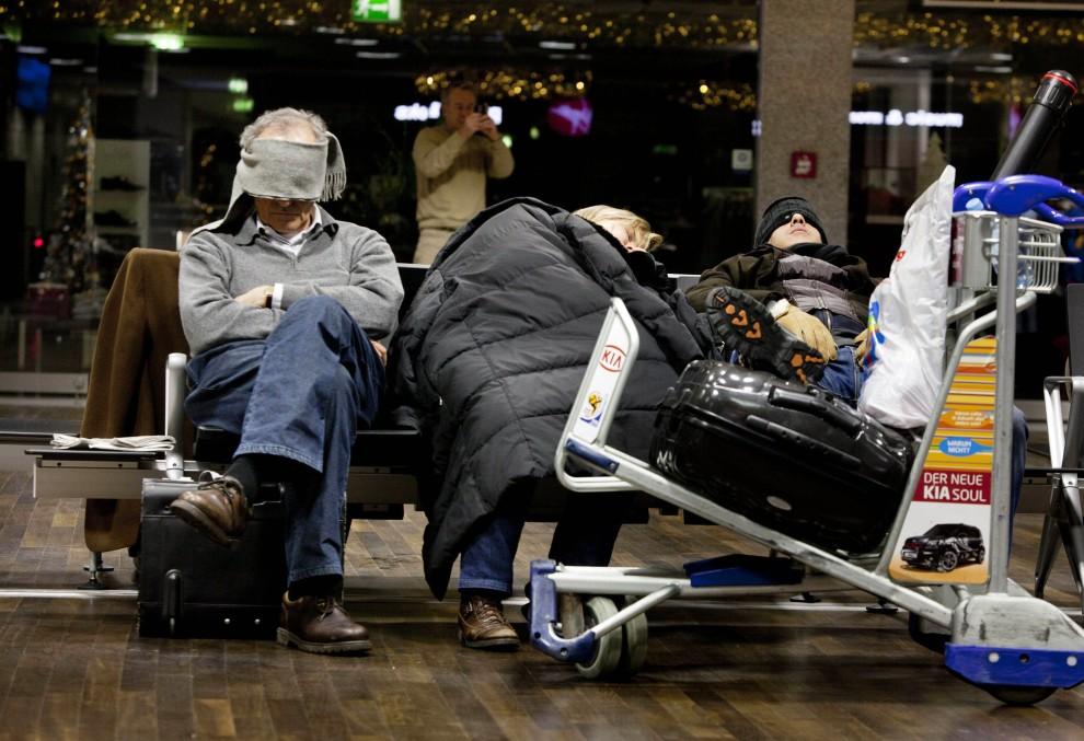 7. NIEMCY, Frankfurt nad Menem, 9 grudnia 2010: Pasażerowie, którzy utknęli na lotnisku z powodu opadów śniegu, śpią w hali odlotów. AFP PHOTO / FRANK RUMPENHORST
