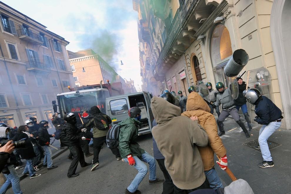 7. WŁOCHY, Rzym, 14 grudnia 2010: Młodzi demonstranci walczą z policjantami na ulicy w Rzymie. AFP PHOTO / ALBERTO PIZZOLI