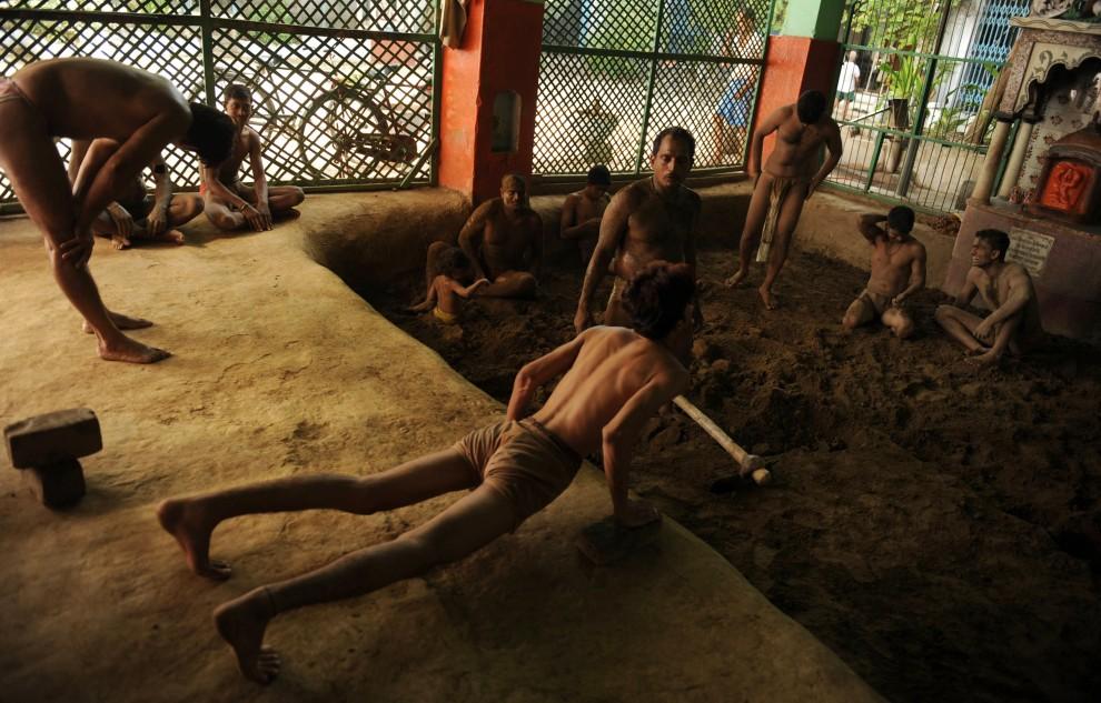 7. INDIE, Allahabad, 19 kwietnia 2010: Zapaśnicy rozgrzewają się przed treningiem. AFP PHOTO/Diptendu DUTTA