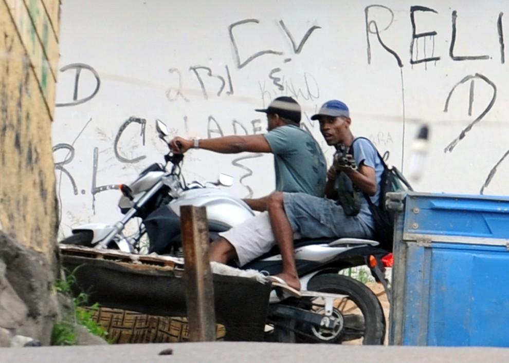 7. BRAZYLIA, Rio de Janeiro, 27 listopada 2010: Mężczyźni podejrzewani o handel narkotykami w faweli  Morro de Alemao. AFP PHOTO/Evaristo SA