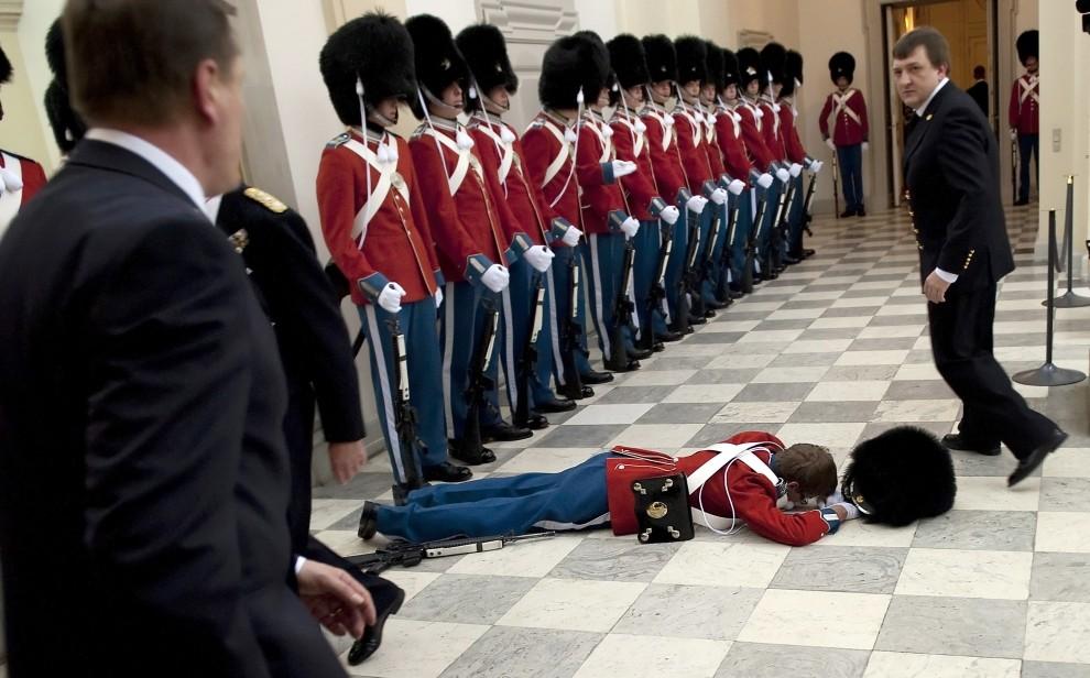 7. DANIA, Kopenhaga, 27 stycznia 2010: Jeden żołnierz warty honorowej mdlejący w oczekiwaniu na przybycie rodziny królewskiej. AFP PHOTO / SCANPIX 2010 - Keld Navntoft