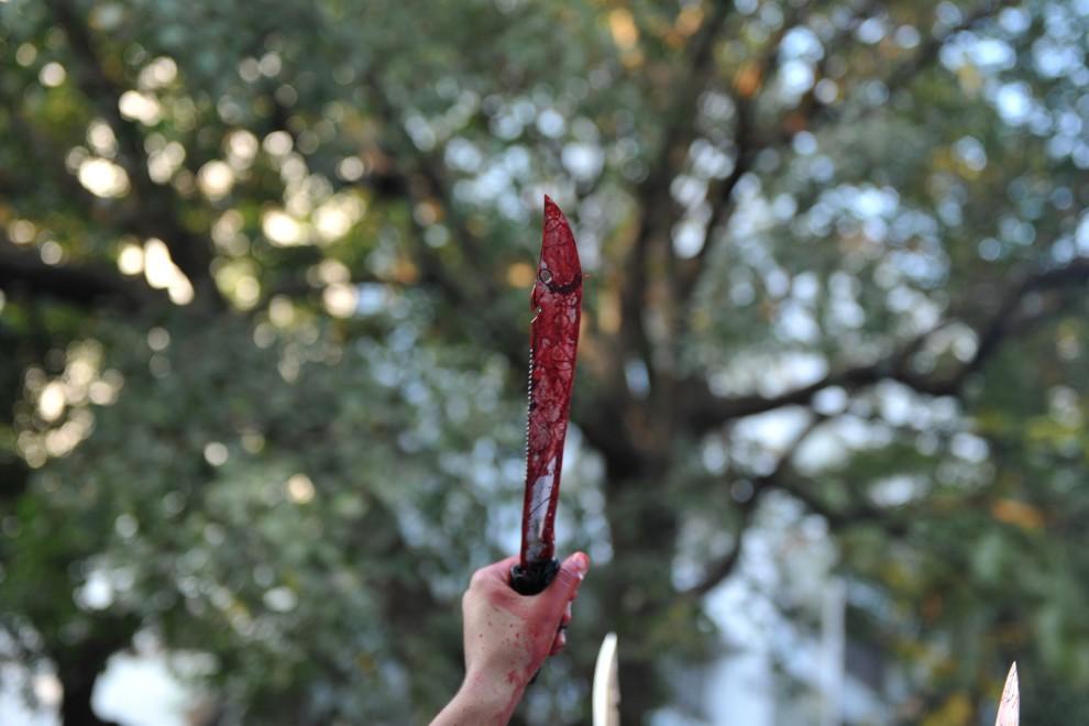 7. INDIE, Bombaj, 17 grudnia 2010: Uczestnik procesji wznosi pokryty krwią nóż. AFP PHOTO / Sajjad HUSSAIN