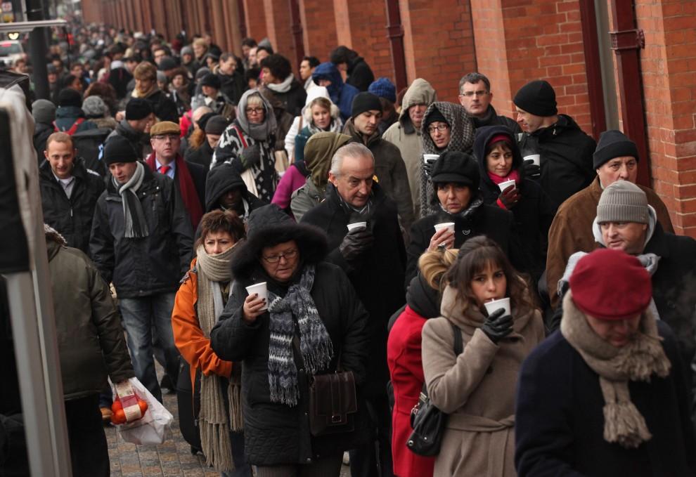 8. WIELKA BRYTANIA, Londyn, 21 grudnia 2010: Kolejka pasażerów czekających na dworcu kolejowym  St. Pancras. (Foto: Oli Scarff/Getty Images)