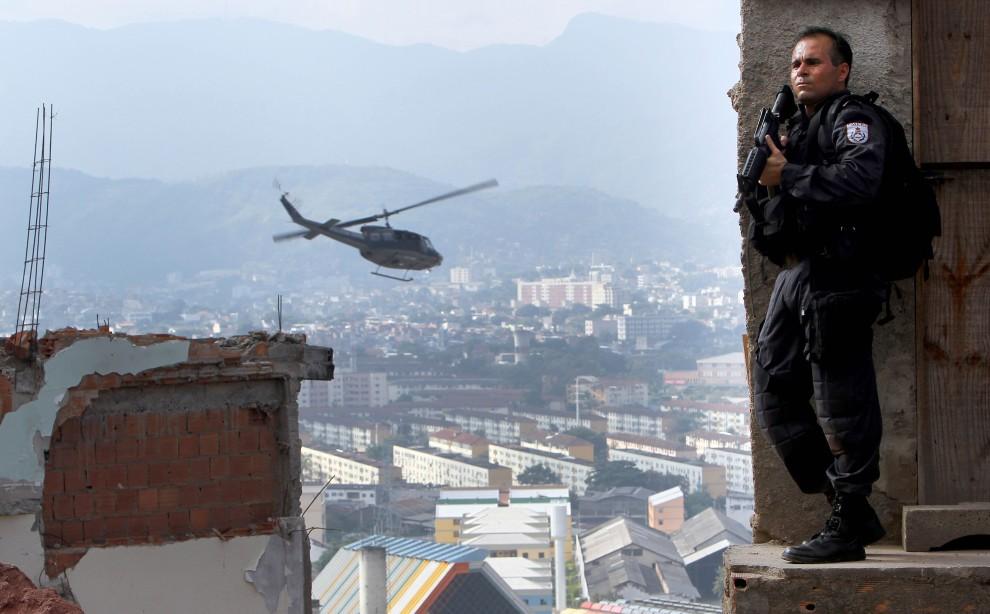 8. BRAZYLIA, Rio de Janeiro, 28 listopada 2010: Funkcjonariusz na stanowisku obserwacyjnym podczas nalotu na fawelę Morro do Alemao. AFP PHOTO/Jefferson Bernardes