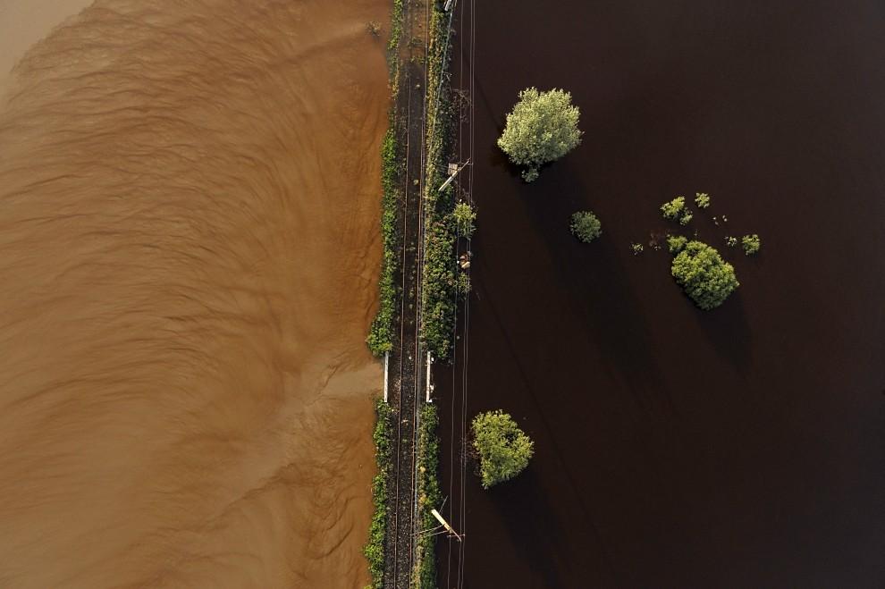 8. POLSKA, Sandomierz, czerwiec 2010: Nasyp kolejowy rozdzielający wody powodzi. fot. Kacper Kowalski /FORUM