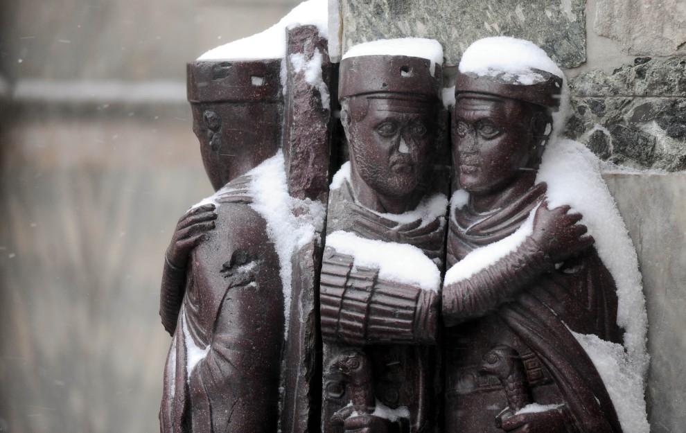 9. WŁOCHY, Wenecja, 19 grudnia 2010: Ośnieżone figurki na Placu Św. Marka. AFP PHOTO / Andrea Pattaro
