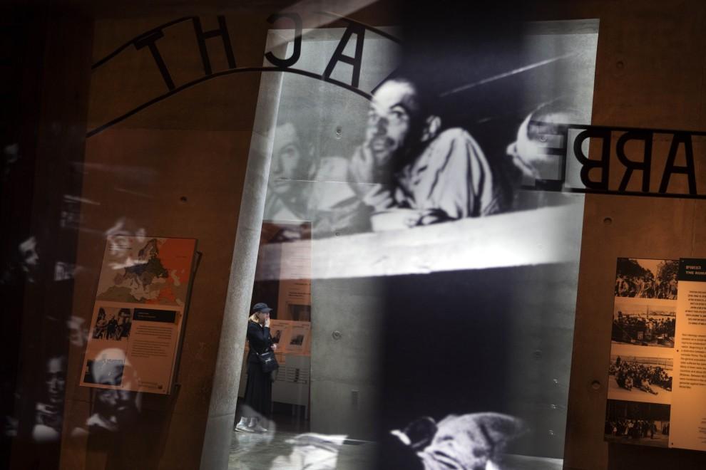 10. IZRAEL, Jerozolima, 26 stycznia 2011: Turyści zwiedzają Instytut Pamięci Męczenników i Bohaterów Holocaustu Jad Waszem, w przeddzień Międzynarodowego   Dnia Pamięci o Ofiarach Holokaustu, który obchodzony jest w rocznicę wyzwolenia obozu Auschwitz-Birkenau. AFP PHOTO/MENAHEM KAHANA