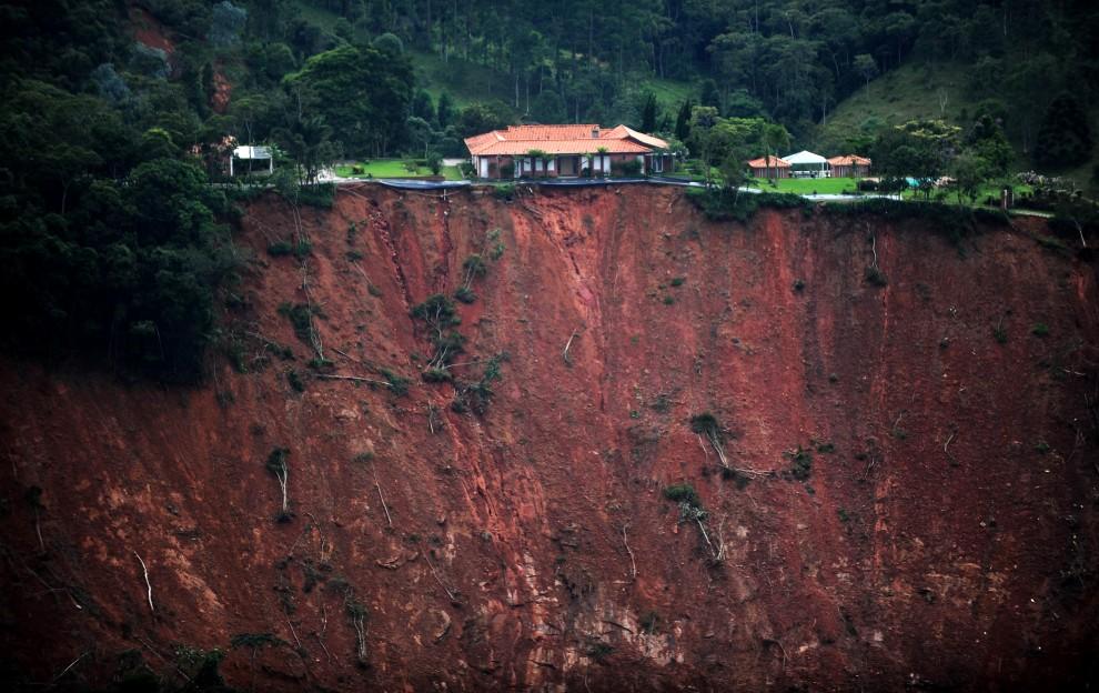 11. BRAZYLIA, Poco Fundo, 18 stycznia 2011: Jeden z domów w okolicy, gdzie doszło do ogromnych osunięć ziemi. AFP PHOTO/Vanderlei ALMEIDA