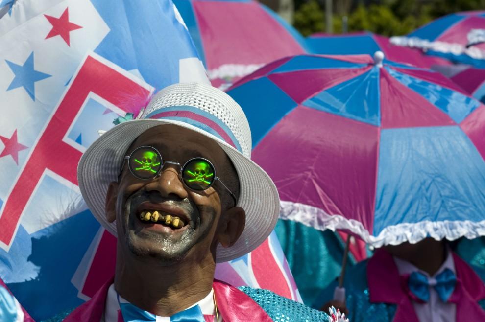 """11. RPA, Cape Town, 1 stycznia 2011: Uczestnik karnawału w Cape Town.  Tradycja ta nazywana """"Drugim nowym rokiem"""" wywodzi się z czasów niewolnictwa, kiedy to   niewolnicy nie szli do pracy drugiego dnia roku. AFP PHOTO/RODGER BOSCH"""