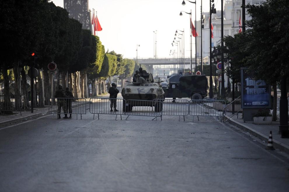 11. TUNEZJA, Tunis, 16 stycznia 2011: Posterunek wojskowy na ulicy w Tunisie. AFP PHOTO / FRED DUFOUR