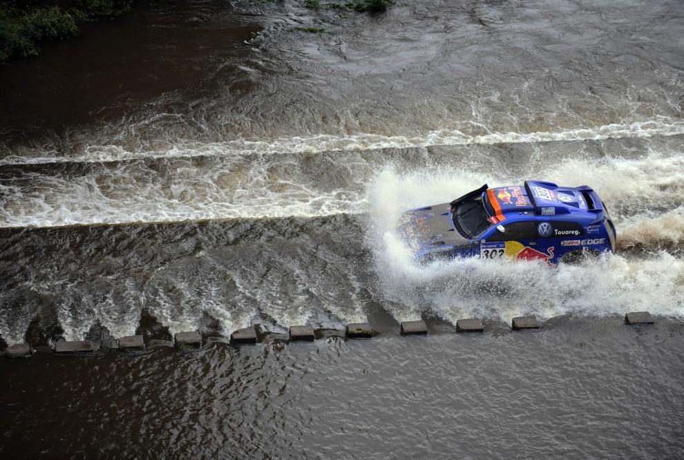 12. ARGENTYNA, Cordoba, 2 stycznia 2011: Nasser Al-Attiyah prowadzi swój pojazd przez rzekę Santa Rosa. AFP PHOTO/Daniel GARCIA