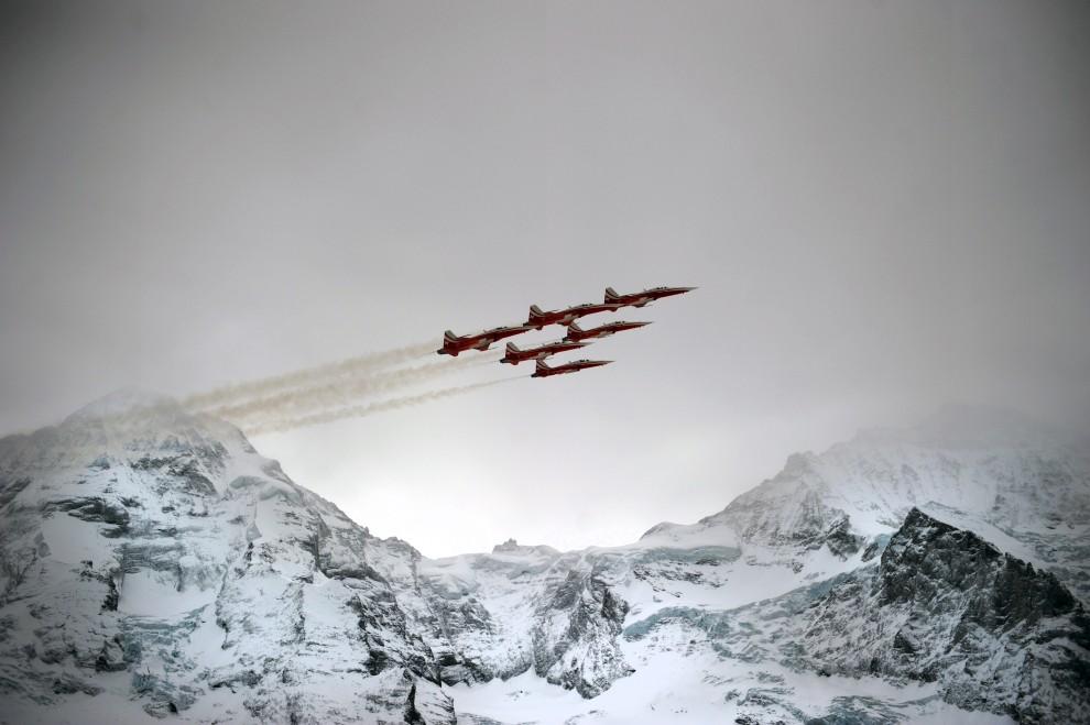 12. SZWAJCARIA, Wengen, 13 stycznia 2011: Myśliwce F5 Tiger przelatują nad Alpami. AFP PHOTO / DIMITAR DILKOFF