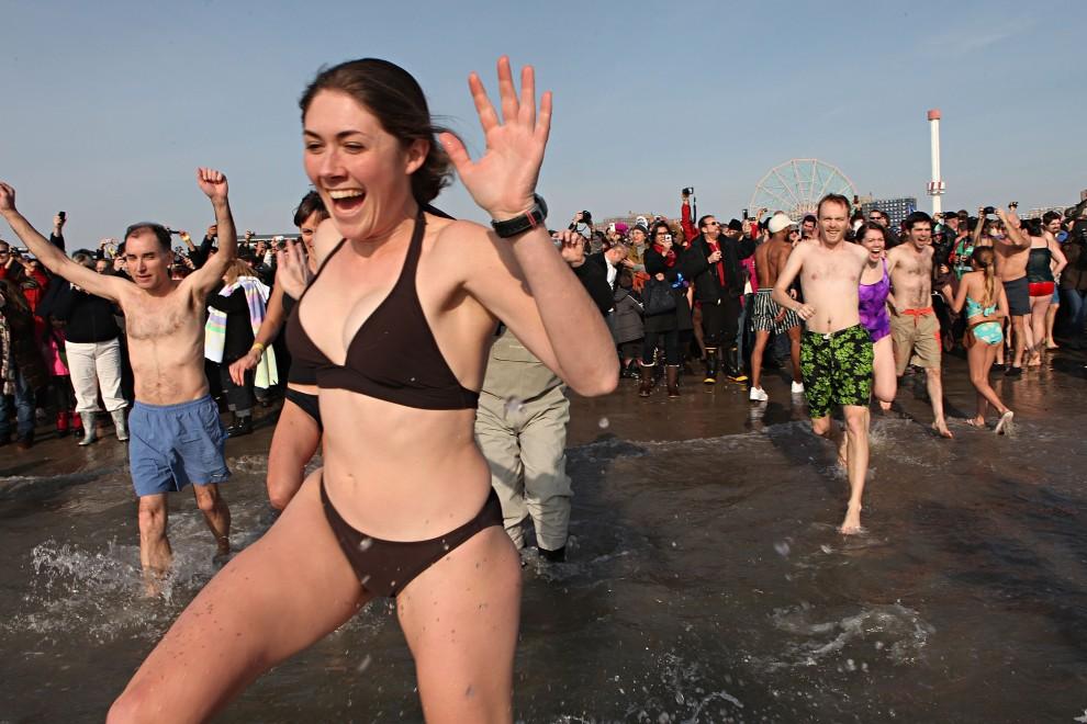 12. USA, Nowy Jork, 1 stycznia 2011: Noworoczna kąpiel członków Coney Island Polar Bear Club. (Foto: Andrew Burton/Getty Images)